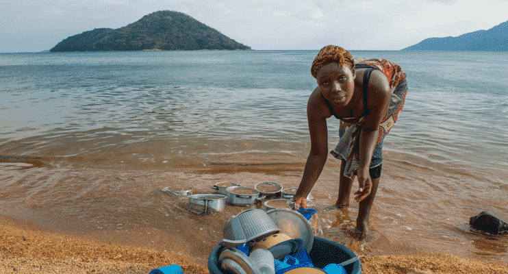 ZMa16-sunway-safari-lake-malawi-locals-dishes-community-people-chores